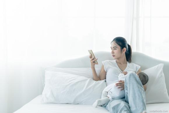Sau sinh có được dùng điện thoại không? 5 tác hại ảnh hưởng đến con mẹ nên biết